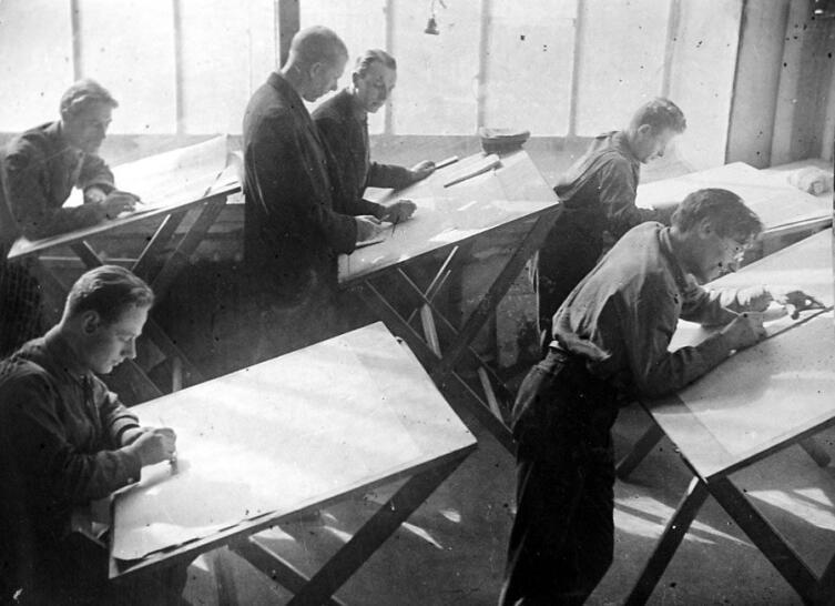 Владимир Татлин со студентами дерметфака ВХУТЕИНа. 1920-е гг.