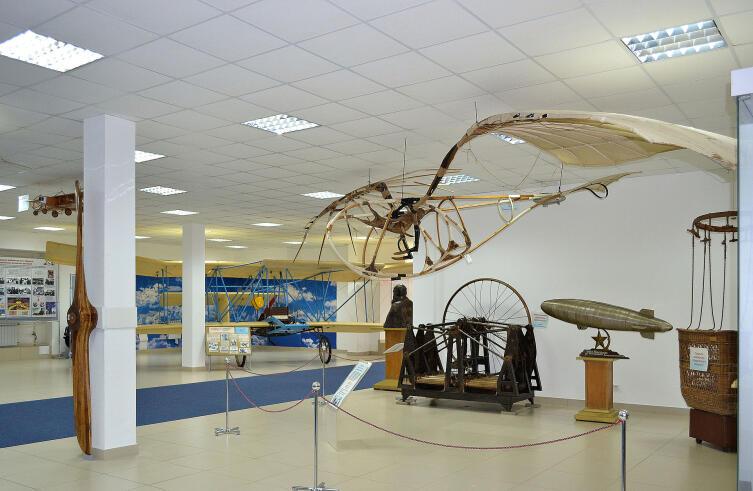 Зал Центрального музея Военно-воздушных сил РФ в Монино, Россия. Экспонаты: Аппарат под потолком – орнитоптер-мускололёт «Летатлин № 3», построенный в 1929—1932 гг. В. Е. Татлиным