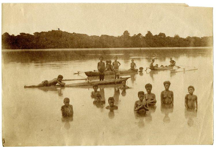 Историческое фото. Жители Фиджи со своими плавсредствами - катамаранами