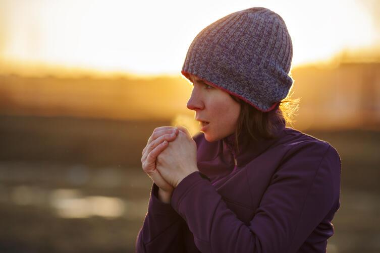 На морозе капельки влаги на поверхности кожи вызывают спазмы сосудов