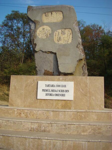 Монумент у места обнаружения тэртерийских табличек. 2011 г.