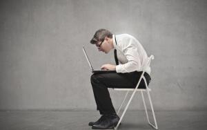 Ортопедическое кресло или обычный стул. Как подарить подростку здоровую осанку?