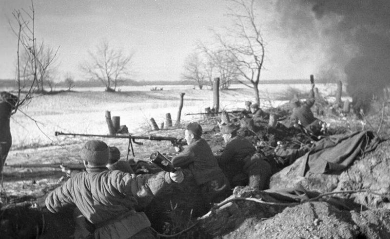 Советские бронебойщики с ПТРД-41 (противотанковое однозарядное ружье образца 1941 г. системы Дегтярева) ведут огонь на подступах к Сталинграду