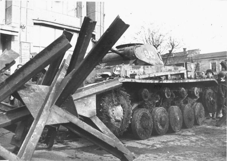 Немецкий танк Pz.Kpfw. II на выставке трофеев, устроенной на Театральной площади (с 1957 года — площадь В.И. Ленина) в Орджоникидзе (Владикавказ)