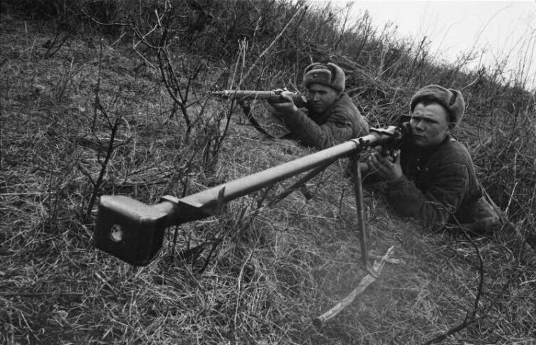 Гвардии сержант Д. Кугер с ПТРД-41 на огневой позиции на Юго-Западном фронте