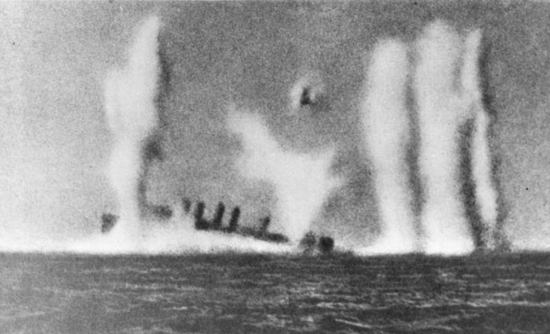 Американский эсминец «Эдсолл» тонет, атакованный японскими кораблями южнее острова Ява