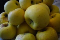 Яблоки лучше взять не очень сочные