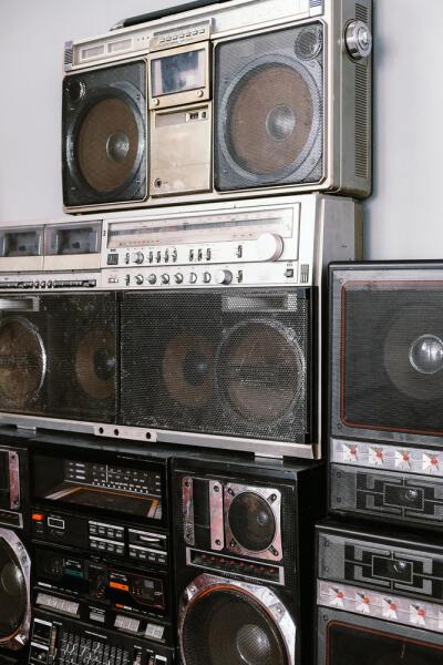 Для чего на старой аудиотехнике предназначена кнопка «Интим»?