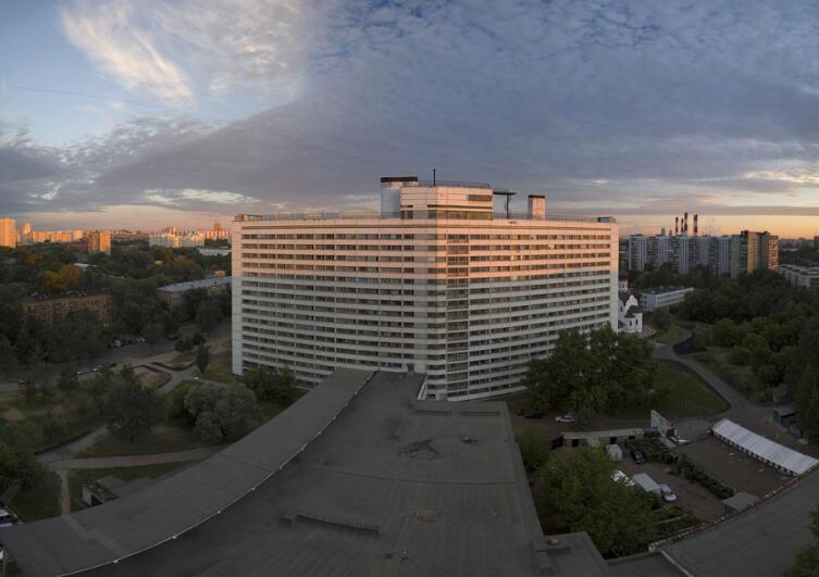 Вид на 1-й корпус здания (Дом аспиранта и стажёра МГУ) на рассвете, 2007 г.