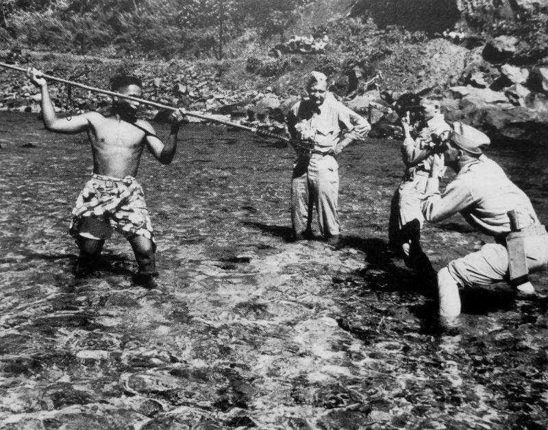 Житель Американского Самоа (или Восточного Самоа, American Samoa), служащий в одном из подразделений армии США, позирует в традиционной одежде и с копьем американским военным корреспондентам
