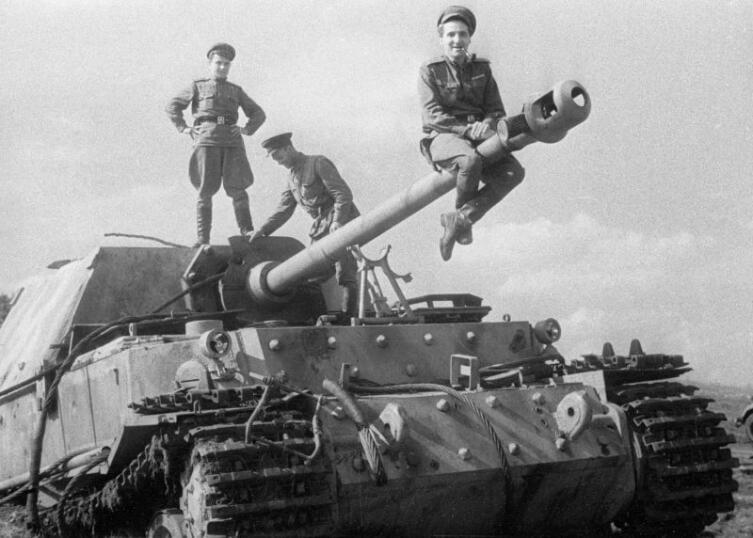 Корреспондент К. М. Симонов на немецкой САУ «Фердинанд», подбитой на Курской дуге