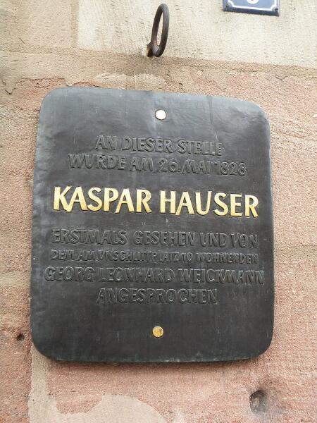 Стандартная для достопримечательностей Нюрнберга мемориальная табличка. В данном случае: «Здесь: впервые объявился Каспар Хаузер…»