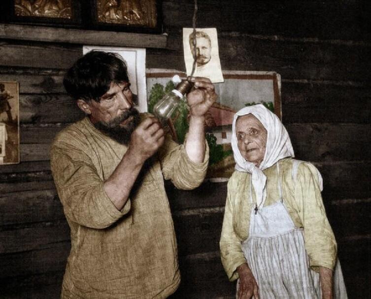 А. С. Шайхет, «Лампочка Ильича». Колоризированное фото из журнала «Огонёк», 1925 г.