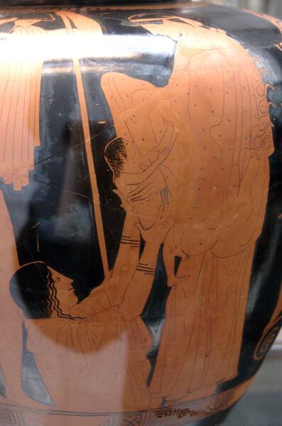 Афина получает младенца Эрихтония из рук матери-земли Геи. Гефест наблюдает за происходящим. Сторона А краснофигурного стамноса