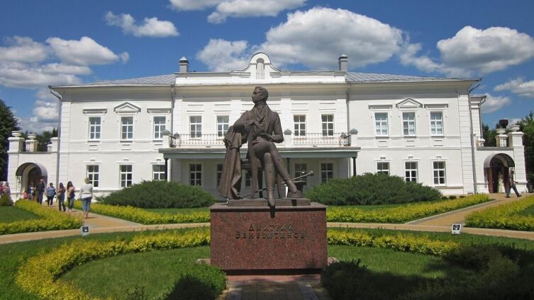 Памятник Дмитрию Веневитинову и усадьба Веневитиновых в Новоживотинном (скульптор — М. И. Дикунов)