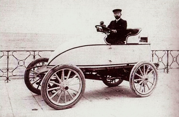 Леон Серполле 13 апреля 1902 г. в своей машине Гарднер-Серполле «Пасхальное яйцо» на набережной Ниццы, где он установил рекорд скорости
