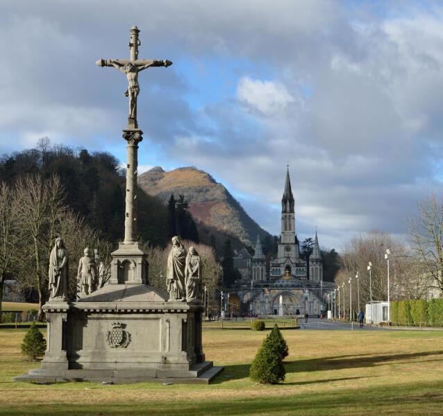 Лурд (Lourdes) — место паломничества христиан для исцеления