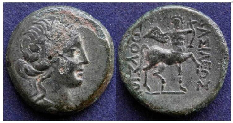 Слева — голова Диониса в венке из плюща, справа — кентавр Хирон, играющий на лире. Монета Вифинского царства, 182−149 годы до н.э.