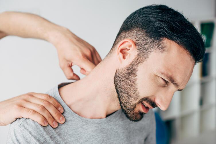 Помассируйте шею, плечи, это поможет расслабиться