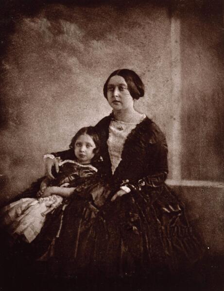 Самая ранняя из известных фотографий Виктории, на которой она со своей старшей дочерью, снято около 1845 г.