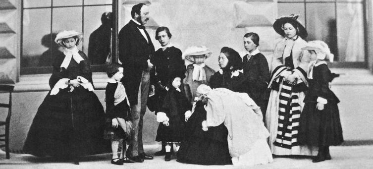 Альберт, Виктория и их девять детей, 1857 год. Слева направо: Алиса, Артур, Альберт, Эдуард, Леопольд, Луиза, Виктория с Беатрис, Альфред, Виктория и Елена