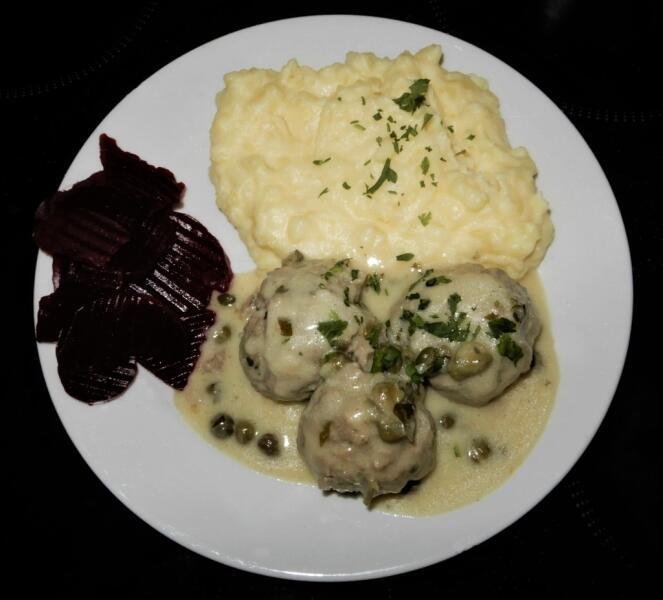 Кёнигсбергские клопсы, сервированные с картофельным пюре и отварной свёклой