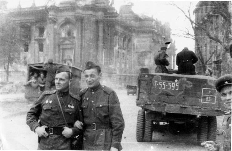 Корреспонденты 9-го отдельного танкового корпуса Иван Нарциссов и Михаил Светлов в Берлине