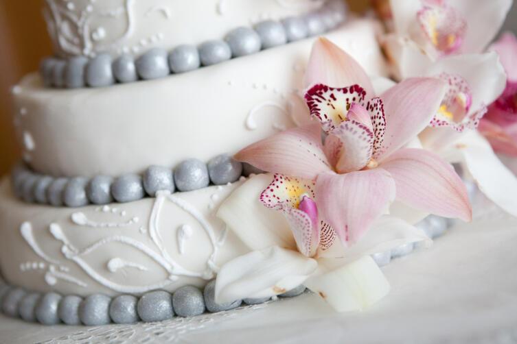 А можно украсить торт живыми цветами