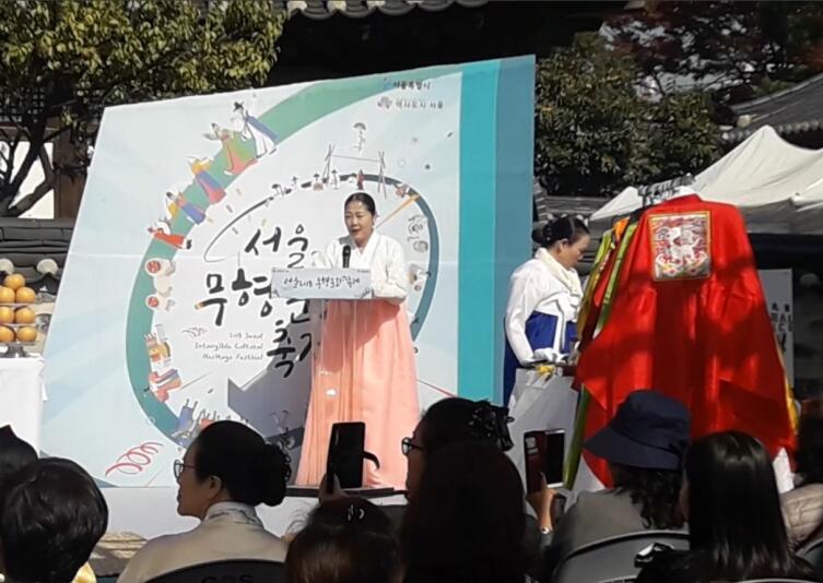Зрителям предлагали самим примерить костюмы и поучаствовать в представлении