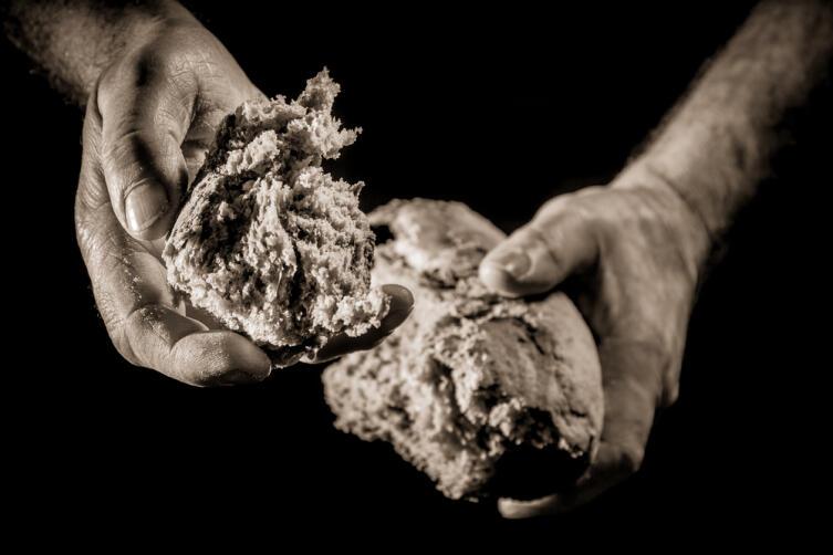Хлеб и пироги в этот день лучше ломать на куски руками