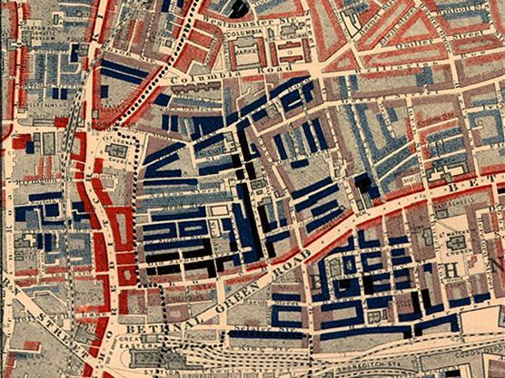 Часть карты трущоб Чарльза Бута, изображающая Олд-Ничол, трущобу в Ист-Энде. Опубликована в 1889 в книге Жизнь и труд людей в Лондоне. Красным закрашена область, населённая «средним, зажиточным классом», светло-голубым — «бедным, работающим много, но за небольшую плату», тёмно-голубым — «очень бедным», а чёрная область населена «низшим классом… уличными торговцами, чернорабочими, безработными, преступниками и нищими».