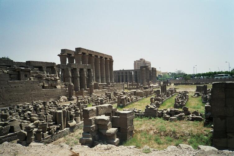 Остатки города Фивы в современном Египте