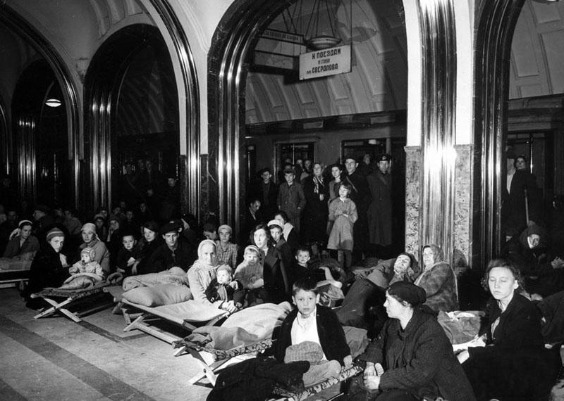 Во время налёта немецкой авиации население укрывается на станции «Маяковская»