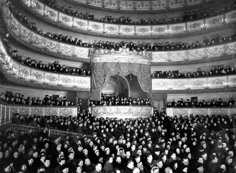 Зрители в театре. Блокадный Ленинград, 1942 г.
