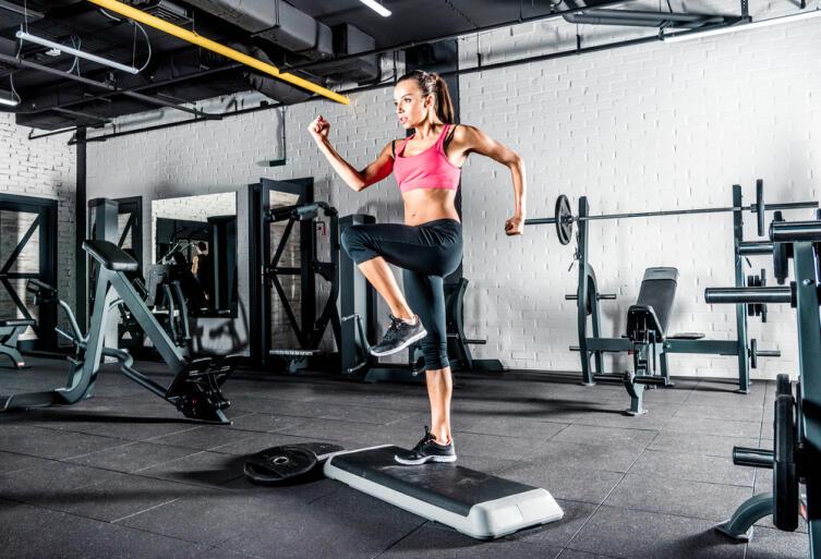 Запрыгивания, высокое поднимание коленей усложняют тренировку