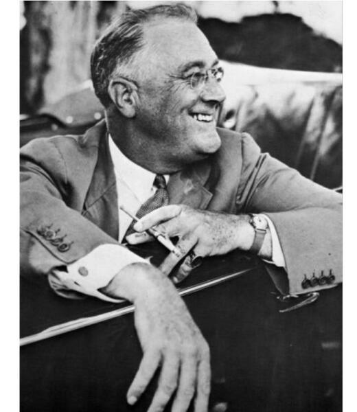 Президент Рузвельт не расставался с сигаретой и выкуривал до двух пачек в день