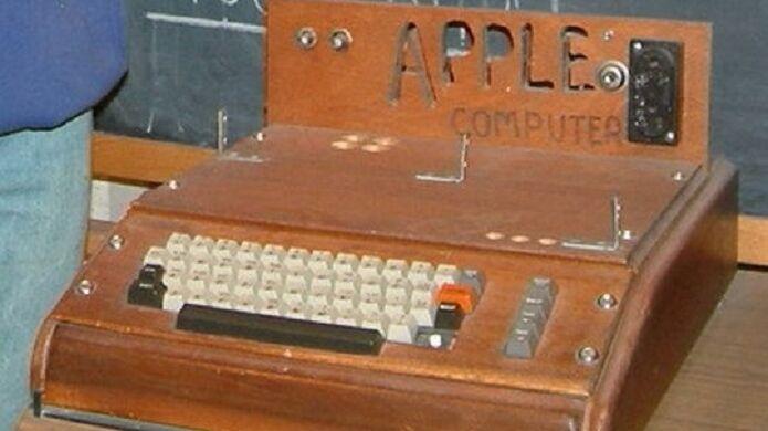 Apple I с клавиатурой и в деревянном корпусе