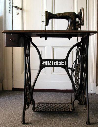 Историческая швейная машинка «Зингер» (чугунная, с ножным приводом)