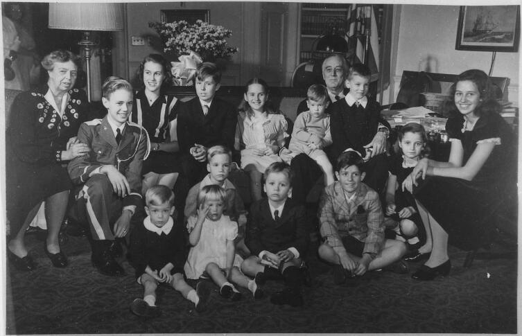 Франклин и Элеонора Рузвельт с детьми и внуками