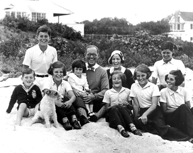 Семья Кеннеди в Хианнисе, Порт Массачусетс, с Джоном Кеннеди вверху слева в белой рубашке. 1931 год.