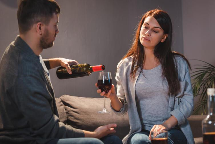 Дочери алкоголиков находят себе молодых людей, склонных к злоупотреблению