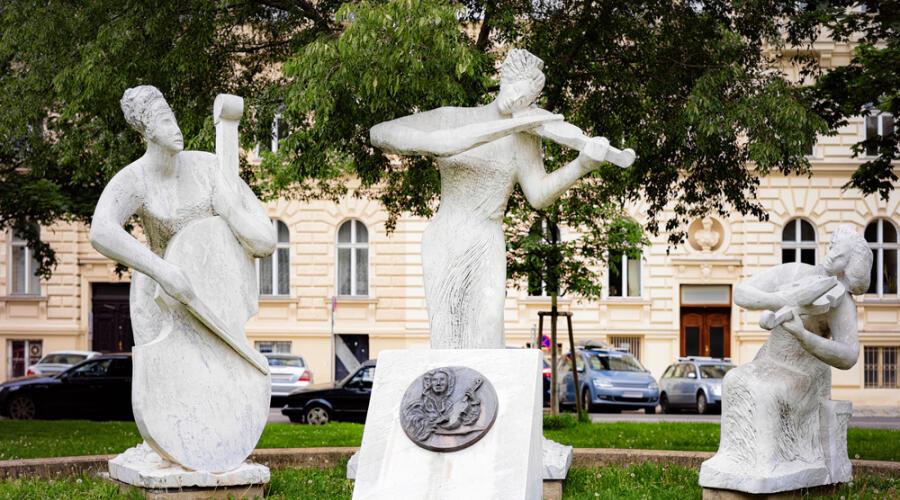 Памятник Антонио Вивальди в парке Вотивпарк, город Вена