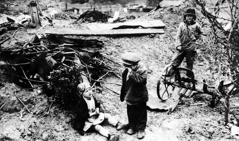 Советские дети среди разрушенного населенного пункта