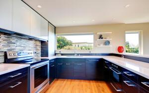 Чем хороши кухонные гарнитурыдо потолка?