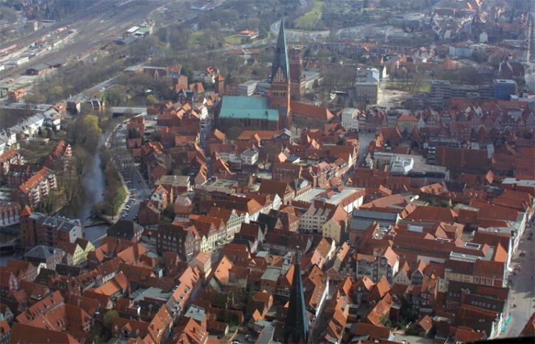 Город Люнебург в 2003 году, в центре церковь святого Иоанна, за ней — Люнебургская водонапорная башня