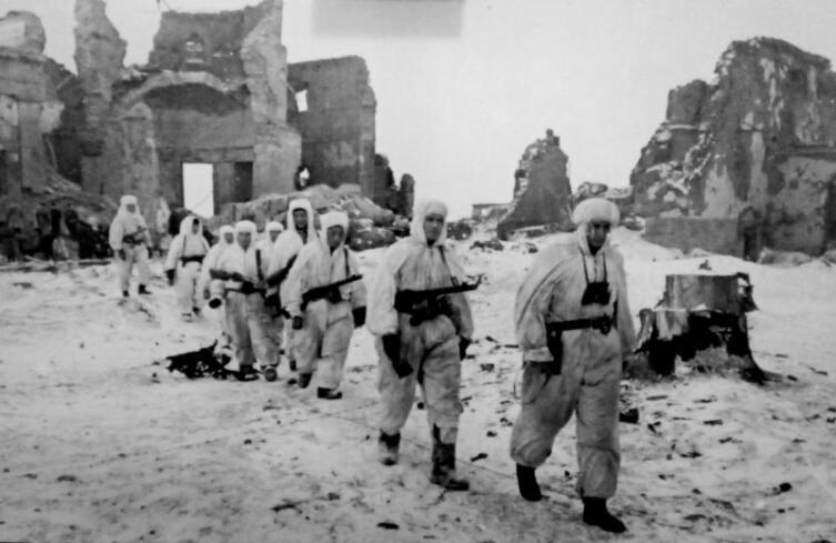 Группа разведчиков лейтенанта Савченко среди разрушенных зданий Пулковской обсерватории, январь 1944 г.
