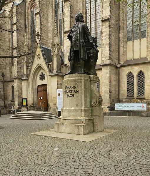 Памятник Иоганну Себастьяну Баху у церкви Святого Фомы в Лейпциге