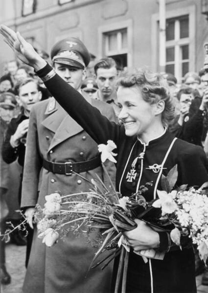 Ханна Райч (Hanna Reitsch), ясно видна, какого мировоззрения она придерживалась
