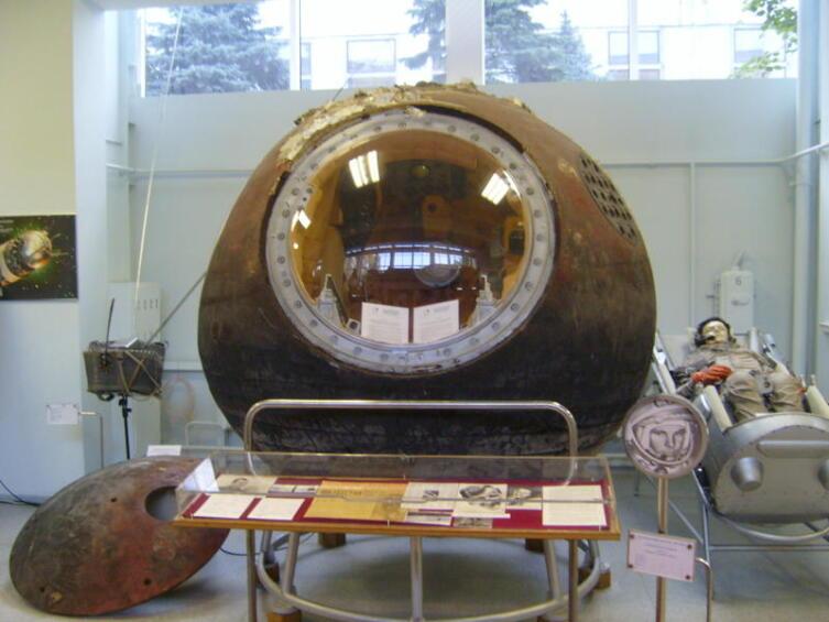 Спускаемый аппарат космического корабля «Восток» в музее РКК «Энергия». Крышка, отделившаяся на высоте 7 километров, падала на Землю отдельно, без парашюта