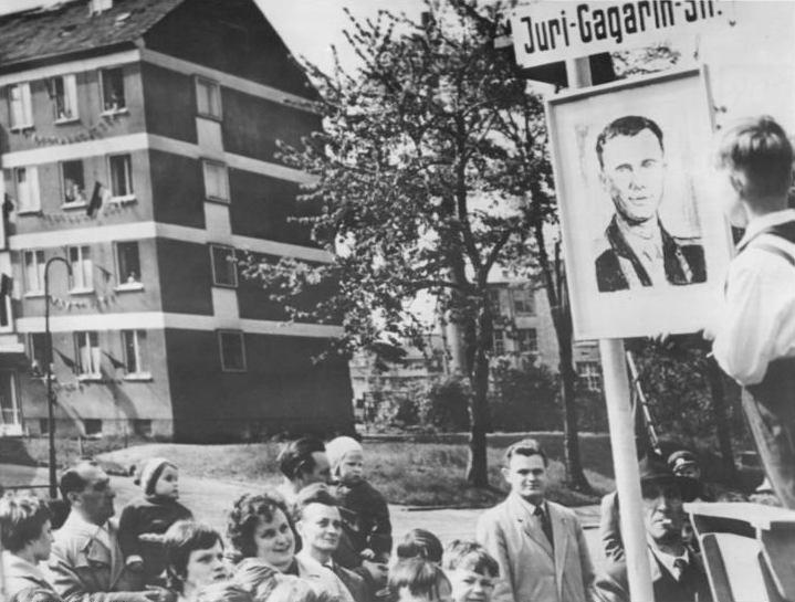 Жители Карл-Маркс-Штадта на улице, названной именем Юрия Гагарина, 6 мая 1961 г.